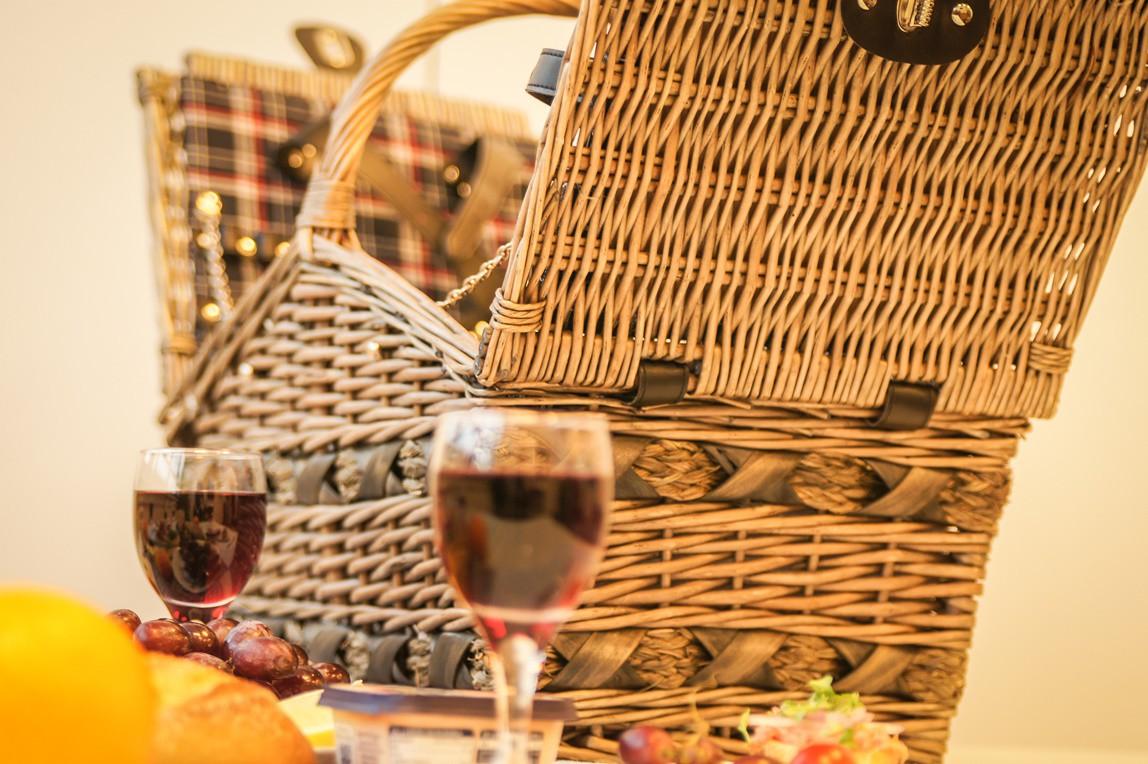 picknickkorb im retro gti look besteckgarnitur f r 4 personen glas porzellan die marke hahn. Black Bedroom Furniture Sets. Home Design Ideas